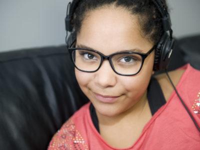 Jeune fille métissé avec des écouteurs La réunion Opticien lunettes pas cher
